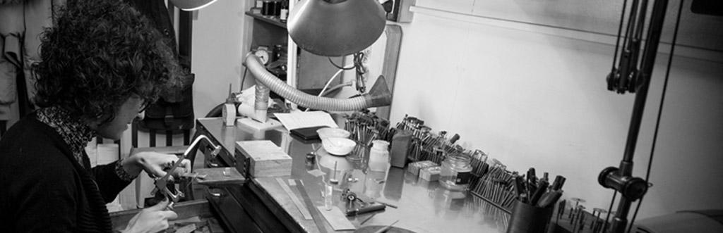 Simona Iapichino orafo al tavolo di lavoro